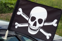 Флаг на машину с кронштейном «Веселый Роджер с костями»
